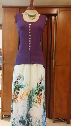 Te presentamos para esta semana lo que esta de moda. Faldas largas estampadas o en un solo color las cuales se pueden usar con tacón alto para estilizar la figura.