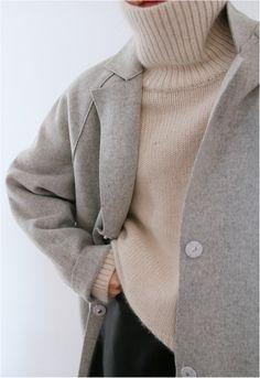 ベージュのハイゲージニットをインして着こなすと、ほっとするような温かみのあるスタイルになります。タートルネックですっぽりと顔を隠してキュートさも演出。