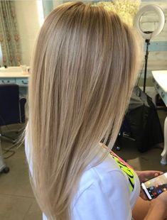 Are you going to balayage hair for the first time and know nothing about this technique? We've gathered everything you need to know about balayage, check! Champagne Blonde Hair, Medium Champagne Hair Color, Blonde Hair Looks, Sandy Blonde Hair, Blonde Straight Hair, Brunette Hair, Blonde Bun, Dyed Blonde Hair, Blonde Makeup