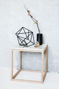Moderner Beistelltisch, Kaffeetisch oder Nachttisch im dänischen Design mit effektvollem Kontrast von Eichenholz und Marmor.