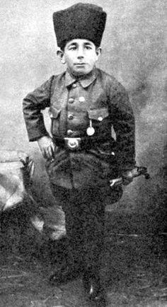 Ali Şamil Güler 110 cm boyunda bir saray soytarısıydı. Ancak Kurtuluş Savaşı başladığında kuştüyü yatağını bırakıp, Mustafa Kemal'in askerlerine katıldı