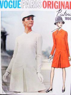 des années 60 mod PATOU robe patron Vogue Paris 1894 Original inversé pli creux devant V cou bouton Bk B robe Couture Vintage 34 motif usine plié