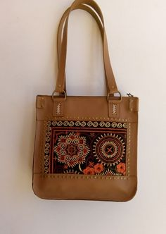 Bolso de cuero hecho a mano con bordados y costura a mano. Leather bag, original by muxustaller Brown Leather Handbags, Leather Bag, Leather Workshop, Bag Patterns To Sew, Womens Purses, Brown Bags, Vintage Bags, Coach Handbags, Leather Craft
