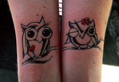 Pareja mostrando sus tatuajes en el brazo en forma de búhos