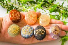 Näin tasapainotat chakrat kivien avulla⋆ Unelmia kohti 7 Chakras, Astrology Today, Reiki Stones, Lapis Lazuli, True Love, Karma, Easter Eggs, Healing, Law Of Attraction