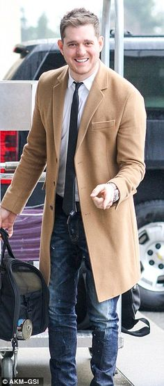 Michael Bublé and wife Luisana Lopilato head back to LA after Christmas break with pet pooch Simon in tow | Mail Online