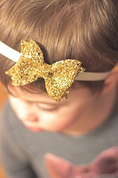 This glitter bow is constructed using premium non-shedding glitter fabric.  Our glitter bows can be attached to hair clips or headbands.