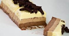 Triple Chocolate Semifreddo - creamy and chocolaty, not too sweet, with bites of crunchy chocolate curls, by far one of the best treats for summer days. Great Desserts, Frozen Desserts, Frozen Treats, Delicious Desserts, Yummy Food, Saint Sylvestre, Cake Recipes, Dessert Recipes, Baked Strawberries