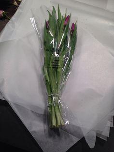 Legge tulipan på papir og pakke. 15 nov