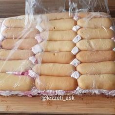 Pişmeyen kremasıyla hem meyveli hem çikolatalı pasta😍 Tadı oldukça hafif ve pek lezzzetli😊 Kaydedip denemenizi tavsiye ederim.. Ahşap ürünlerim @bambum Kedi dili bisküvili pasta Krema için: 1 kutu krema(200ml) 1 kutu krem şanti toz halinde eklenecek( bir kutuda 2 poset var ikisinide kullanıyoruz) ... Biscuit Cake, Icing, Biscuits, Cheese, Desserts, Food, Christmas, Kuchen, Crack Crackers