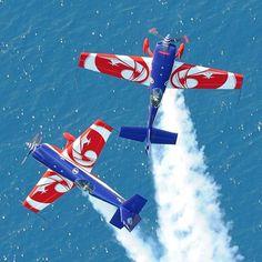 Alors qu'ils répètent le spectacle « les ailes de St.Tropez , nos amis de la Patrouille de France Acrobatique , sont venus nous faire un coucou à leur manière en passant au dessus du chapiteau rouge et blanc avec leur avion rouge et blanc , encore un hommage qui nous fait chaud au coeur . Merci les champions du monde !