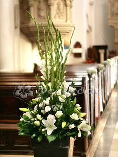 Elegans av vita blommor – Our Lady of Sorrows kyrka - home/mobel flores naturales Gladiolus Wedding Flowers, Altar Flowers, Church Flowers, Funeral Flowers, Flower Bouquet Wedding, Flower Bouquets, Gladiolus Arrangements, Easter Flower Arrangements, Contemporary Flower Arrangements