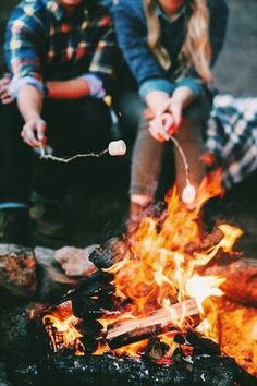 World Camping. Tips, Tricks, And Techniques For The Best Camping Experience. Camping is a great way to bond with family and friends. As long as you have the informati Herbst Bucket List, Fotografia Macro, Foto Casual, Camping Photography, Summer Photography, Creative Photography, Landscape Photography, Autumn Aesthetic, Summer Aesthetic