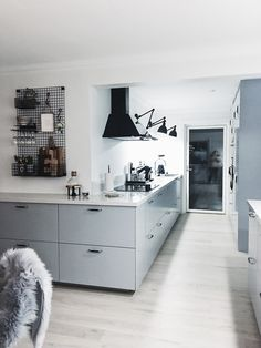 Kitchen decorated: 100 models that we love most in the decoration - Home Fashion Trend White Kitchen Decor, Ikea Kitchen, Kitchen Interior, Interior Design Living Room, Kitchen Design, Brown Kitchens, Cool Kitchens, Apartment Kitchen, Apartment Design