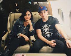 demi lovato, nick jonas, and celebrities image Miley Cyrus, Demi Lovato Nick Jonas, Marvel Films, Poses For Photos, Jonas Brothers, Celebs, Celebrities, American Singers, Role Models