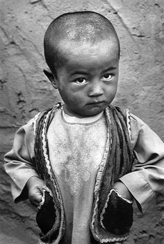 Sebastiao Salgado 'The Children' series 'Shamak camp for displaced people. Pul-i-Kumri, northern Afghanistan' 1996 Documentary Photographers, Famous Photographers, We Are The World, People Around The World, Fotojournalismus, Photo Animaliere, Portraits, Magnum Photos, Interesting Faces