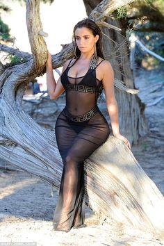 Demi Rose flaunts her sensational curves in a plunging bikini Sexy Outfits, Sexy Dresses, Demi Rose Mawby, Mädchen In Bikinis, Sexy Curves, Sexy Hot Girls, Bikini Girls, Ideias Fashion, Sexy Women