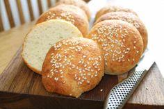 Ett LCHF-recept på småbröd som funkar kanon som tilltugg till middag eller som bröd på en buffé. Innehåller inga frön utan det är slätt och fint inuti.