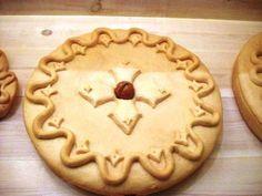 Χριστόψωμο λέγεται τοψωμιπου οι Ελληνίδες νοικοκυρές φτιάχνουν 2-3 ημέρες πριν ταΧριστουγέννων ειδικά για τη μεγάλη αυτή γιορτήο στολισμός του είναι πλούσιος με λογής-λογής κεντήματα.  Αυτά τα σχήματα συμβολίζουν τον καημό και το όνειρο της ελληνικής αγροτιάς.  Ένα Greek Christmas, Greek Recipes, Apple Pie, Food Art, Food To Make, Deserts, Brunch, Bread, Cookies