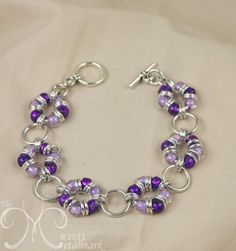 Wreath - Lilac & Dark Lilac beads, Bright aluminum accent rings- I made 3 with heavy j.s in gold plus pony beads. on one, I filled all the j. with beads. only used smaller j. to connect with larger, not on same rings with beads. Jump Ring Jewelry, Wire Jewelry, Jewelry Crafts, Beaded Jewelry, Jewelery, Beaded Bracelet Patterns, Jewelry Patterns, Bead Patterns, Seed Bead Bracelets