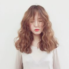 You can do a lot with medium length hair. Check out these chic hairstyle ideas for medium length hair to find the best style for you. Chic Hairstyles, Permed Hairstyles, Pretty Hairstyles, Hairstyle Ideas, Pelo Ulzzang, Ulzzang Girl, Medium Hair Styles, Curly Hair Styles, Face Hair