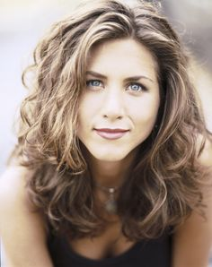 Who wouldn't love to emulate the early Jennifer Aniston hairstyle? Let's take a look at the myriad range of Jennifer Aniston hair, which in 2015 can be emulated as well. Estilo Jennifer Aniston, Jenifer Aniston, Jennifer Aniston Hair Color, Famous Hairstyles, 90s Hairstyles, Birthday Hairstyles, Woman Hairstyles, Female Hairstyles, Black Hairstyles