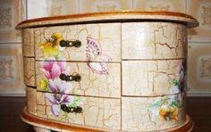 Decoupage: come si fa il craquele - Il craquele è una tecnica decorativa che dona un effetto anticato alle superfici degli oggetti decorati con il decoupage. Con questa tecnica si creano infatti delle screpolature che rendono l'oggetto particolarmente decorativo.