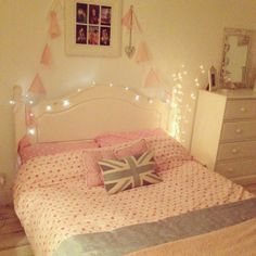 So pretty.. I want lights around my bed :)