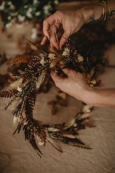 La couronne de fleurs séchées est un grand classique désormais. Mais il est encore possible de renouveller le style et de l'adapter à une deco epurée et moderne. Adepte du kinkfolk ou du wabi sabi, les couleurs douces de cette couronne sont pensées pour faire entrer un peu de nature chez vous en toute modestie. Credit photo@masaephoto Wabi Sabi, Deco, Nature, Style, Winter Colors, Comfort Colors, Walk In, Flower Crowns, Dried Flowers