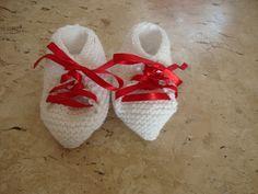 Sapatinho em tricô para bebê <br>Material: lã <br>medida: 10,5 cm <br>As éças em tricô tem flexibilidade de até 3 cm sem alterar o produto.