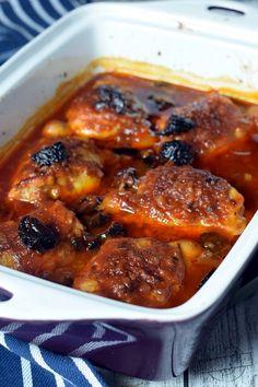 Kurczak po cygańsku to całkiem szybki i z pewnością ciekawy pomysł na wykorzystanie udek kurczaka. Uprzednio podsmażone udka zalewa się mieszanką ketchupu, powideł śliwkowych, niewielkiej ilości koncentratu pomidorowego, octu oraz wody. Teraz wystarczy już tylko zapiec całość i gotowe. Samo da Meat Recipes, Cooking Recipes, Healthy Recipes, Vegetable Soup With Chicken, Chicken Parmesan Recipes, No Cook Meals, Food To Make, Good Food, Easy Meals
