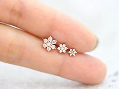 Lovely Flower Cartilage Earring/Tragus Earring/Tragus stud/Helix Piercing/Cartilage piercing/Flower Earrings/Conch piercing/rook snug - This listing is for one piece price. Delicate and tiny ear piercing is great for gift as a reasonab - Piercing Snug, Piercing Tragus, Tragus Stud, Cute Ear Piercings, Cartilage Earrings, Triple Ear Piercing, Bellybutton Piercings, Body Piercings, Nose Jewelry