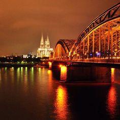 """Era para ser um bate e volta para Colônia (Köln) na Alemanha, estávamos hospedados na Bavaria. Mas quando chegamos descobrimos uma cidade que merecia mais uma noite, e por lá ficamos... Bom porque fotografei várias visões """"noturnas"""" das famosas ponte e catedral, e suas luzes !"""