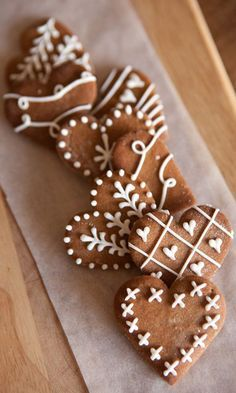 These are the most beautiful cookies I've ever seen! These are the most beautiful cookies I've ever seen! Christmas Gingerbread, Noel Christmas, Christmas Goodies, Christmas Desserts, Christmas Treats, Holiday Treats, Simple Christmas, Gingerbread Icing, Christmas Design