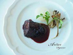 牛ホホ肉の赤ワイン煮込み。大根と舞茸を添えて