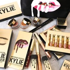 Kylie Lip Set Matt Cup Lip Gloss Kylie Jenner Gold & kylie Lip Kit Upgraded Version Lip Gloss + Gift Box from cCRainbow. Saved to Lip Gloss. Kylie Jenner Lipstick, Gloss Kylie Jenner, Kylie Lipgloss, Maquillaje Kylie Jenner, Kendall Jenner, Makeup Goals, Makeup Tips, Beauty Makeup, Beauty Tips