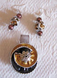 Ciondoli e orecchini nei toni del marrone e dell'oro - fatti con capsule Nespresso