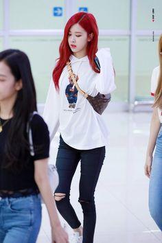 Red hair on her~! K Pop, Blackpink Fashion, Korean Fashion, Blackpink Outfits, Black Pink ジス, Look Girl, 1 Rose, Rose Hair, Blackpink Photos