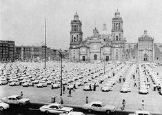 Imagen de la plancha del Zocalo de la Ciudad de México, durante la presentación de una enorme flotilla de taxis de los ya desaparecidos pero célebres Vochos. Foto tomada probablemente a mediados de los años 70's.