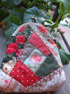 Mi pequeño mundo Patchwork: MONEDERO PATCHWORK Quilted Tote Bags, Quilted Handbags, Crazy Patchwork, Patchwork Bags, Fabric Bags, Fabric Scraps, Scrap Fabric Projects, Frame Purse, Denim Crafts
