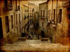 Girona is one of Spain's oldest villages and only lately has it been receiving the attention it really deserves. In the old quarter known as Casco Viejo you will find the ancient, yet beautiful Jewish district called El Call. This district is one of Spain's most well preserved ancient villages