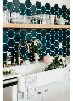 Unique Kitchen Splashback Tiles Ideas For Trendy Decor Kitchen Splashback Tiles, Blue Backsplash, Kitchen Tiles Design, Best Kitchen Designs, Kitchen Colors, Interior Design Kitchen, Backsplash Ideas, Tile Design, Kitchen Walls