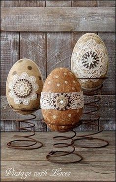 Easter Decoration - Decoupaged and Embellished Paper Mache Eggs on Rusty Bed Springs. We had a box of rusty bed springs but we can't find it :( Bed Spring Crafts, Spring Projects, Easter Projects, Easter Crafts, Holiday Crafts, Easter Ideas, Bunny Crafts, Easter Dyi, Easter Gift