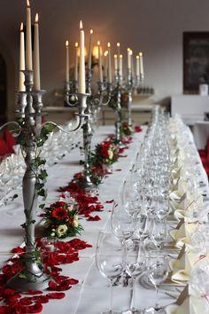 Hochzeitsdinner Festtafel, Herbsthochzeit in den Bergen von Garmisch-Partenkirchen, Hochzeitslocation in Bayern, Riessersee Hotel - Bordeaux, rote Rosen, herbstlich