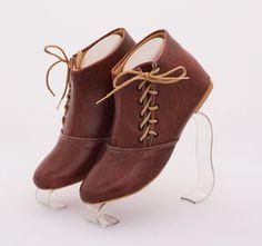 Sepatu boot cantik, fashionable. Warna coklat. Bahan kulit sintetis
