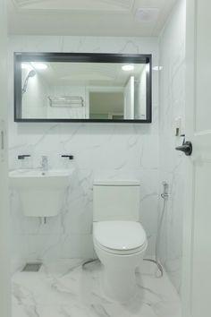 비앙코 타일로 시공된 어은동 한빛아파트 욕실 인테리어안녕하세요 홈데코 인테리어입니다 오늘 소개해드릴... Bathroom Lighting, Toilet, Mirror, Interior, Furniture, Design, Bath Room, Home Decor, Bathroom Light Fittings