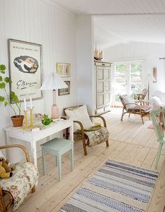 Favorite beach cottages style for bungalow houses. Beach Cottage Style, Beach Cottage Decor, Coastal Decor, Coastal Living, Muebles Home, Danish House, Deco Addict, House By The Sea, Swedish Decor