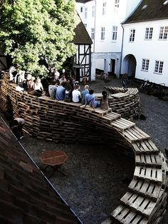 Students of Aarhus architecture school in Denmark made this temporary pavillon made of wooden pallets. « This project was designed and built by 9 exchange students in the Aarhus School of Architecture, during a ten-days workshop in June 2 Aarhus, School Architecture, Landscape Architecture, Architecture Design, Urban Furniture, Street Furniture, Outdoor Furniture, Cheap Furniture, Old Pallets