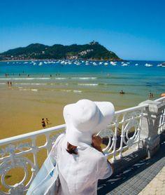 Basque Country, Gipuzkoa, Donostia-San Sebastian, La Concha Beach (By Gonzalo Azumendi)