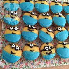 Cupcake dei Minions© @ allrecipes.it - E' Minions©-mania anche a casa vostra? Per fare felici i miei bambini mi sono inventata questi cupcake facilissimi da decorare e golosissimi: niente crema di burro o pasta di zucchero ma buonissimo cioccolato bianco, occhietti di zucchero su dei cupcake al limone. Piaceranno anche agli adulti!